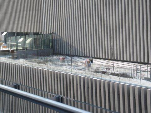 Ule na dachu teatru już nie w budowie
