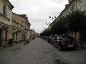 Deptak miejski - ulica Brzeska - piach na bruku, miałem wrażenie, że to jeszcze z zimowego posypywania chodników