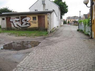 Nowo zrewitalizowany plac/podwórko. Utwardzono plac, ale posesje są błotniste. Wszystko jest uświnione