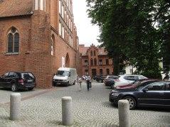 Olsztyn ma też problem z samochodami - jak można parkować przed zabytkową katedrą