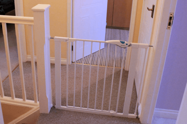 Review Lindam Easy Fit Plus Deluxe safety gate Toby Goes Bananas