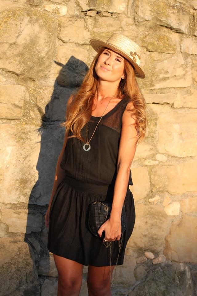 looks-street_style-vestido_negro-little_black_dress-canotier-cuñas_doradas-a_trendy_life014