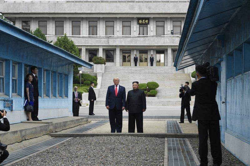 Дональд Трамп и Ким Чен Ын встретились на демаркационной линии между Южной и Северной Кореями\ фото - Associated Press