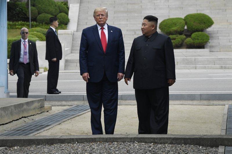 Ким Чен Ын и Дональд Трамп на двусторонней встрече\фото  - Associated Press
