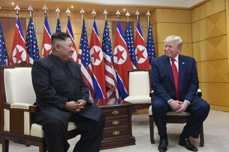 Двусторонняя встреча Дональда Трампа и Кем Чен Ына в Доме мира на границе двух Корей \ фото   - Associated Press