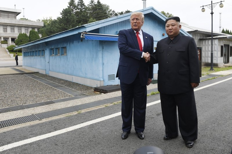 Дональд Трамп и Ким Чен Ын\ фото -   Associated Press