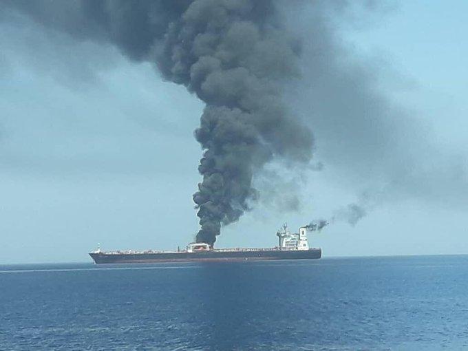 Горящие танкеры в Оманском заливе у берегов Ирана\ фото twitter @BabakTaghvaee