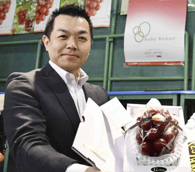 Покупатель грозди виногрда за 11 тысяч долларов Takashi Hosokawa / фото -   KYODO