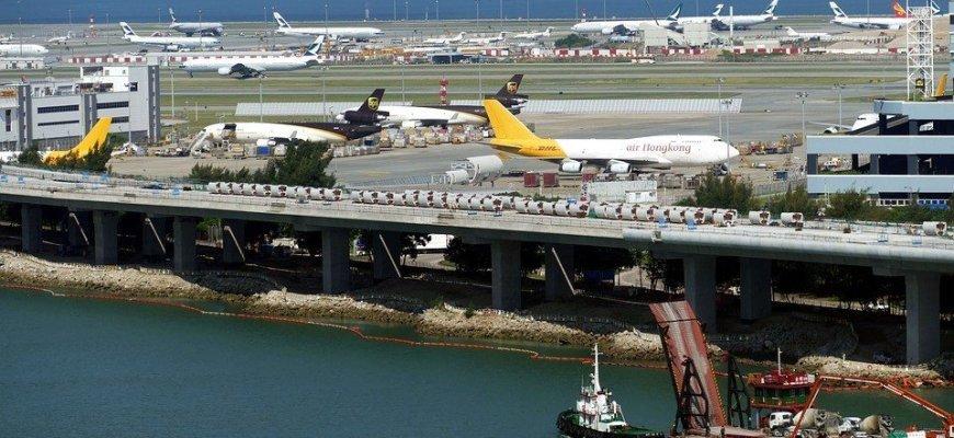 Полиция Гонконга пытается выбить протестующих из аэропорта