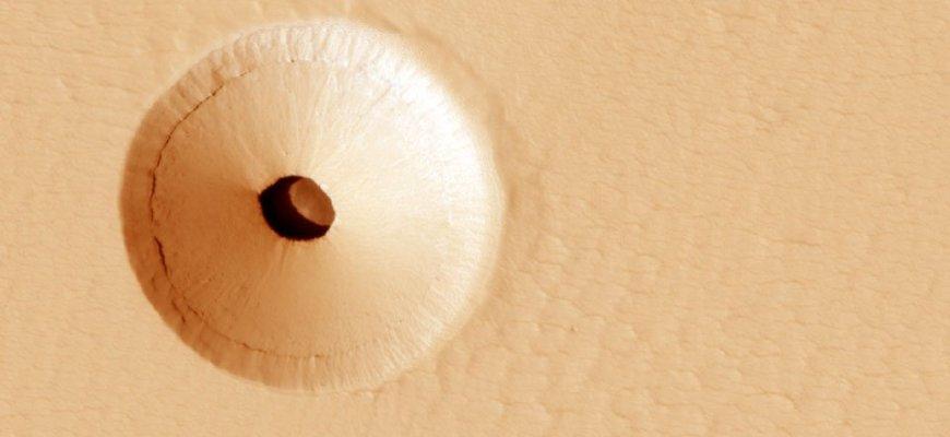 Обнаруженная на Марсе пещера в жерле потухшего вулкана\ фото - NASA
