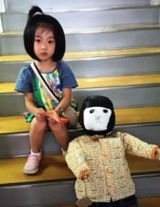 白鳥玉季とあーちゃん人形のツーショット