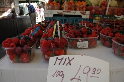 Fantásticos frutos rojos que se venden en el mercado de las frutas de Praga.