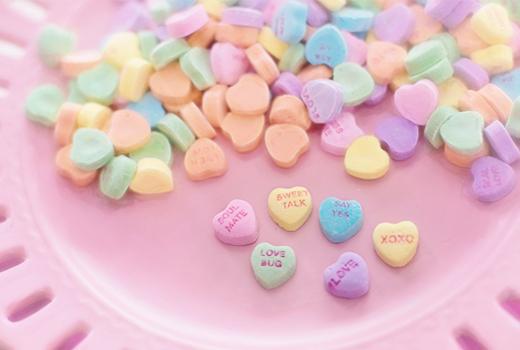 Caramelos con forma de corazón y mensajitos.