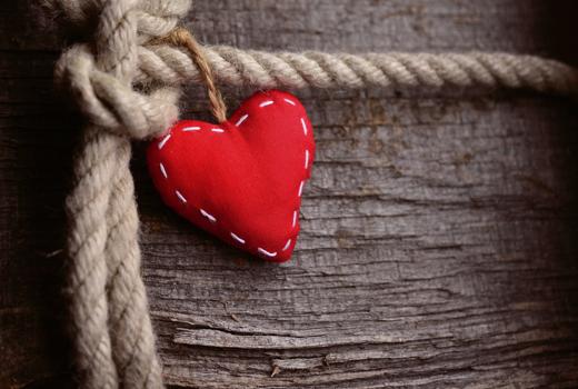 Un corazón de fieltro.