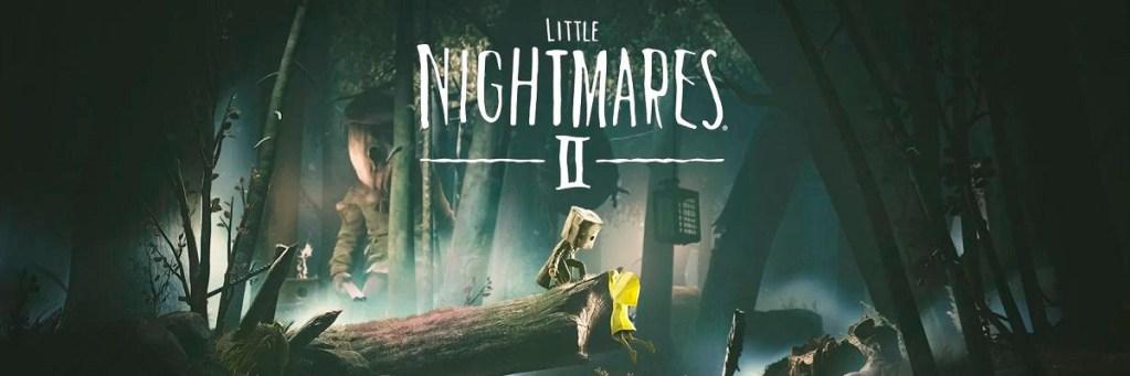 Figura encapuchada sobre un chubasquero amarillo. Logo de Little Nigthmares II en el centro. Muñeco tenebroso de fondo