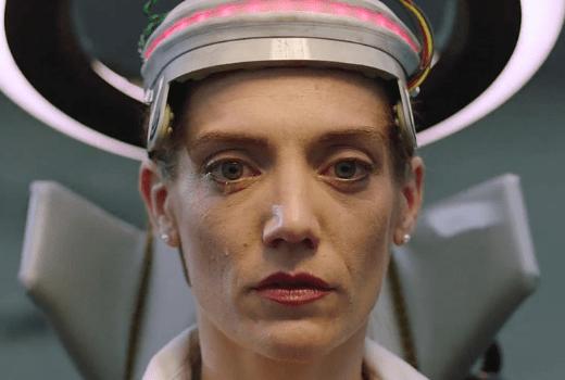 Nina, de Devolver Digital con un aparato extraño en la cabeza