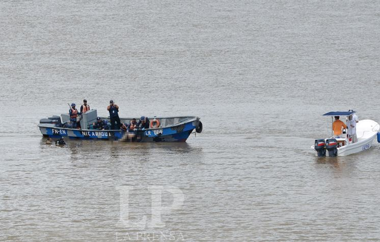 Nicaragua army recovering bodies from the Rio San Juan. Photo LA PRENSA/Oscar Navarrete