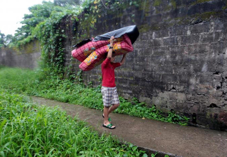 A child carries a mattress to shelters prior to the arrival of hurricane Otto in Bluefields, Nicaragua November 24, 2016. REUTERS/Oswaldo Rivas