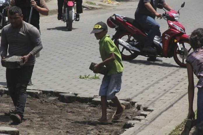 Setting Up Barricades In Leon (PHOTOS)