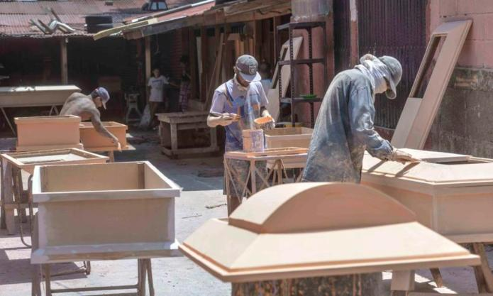 Workshops in Managua triple manufacture of coffins