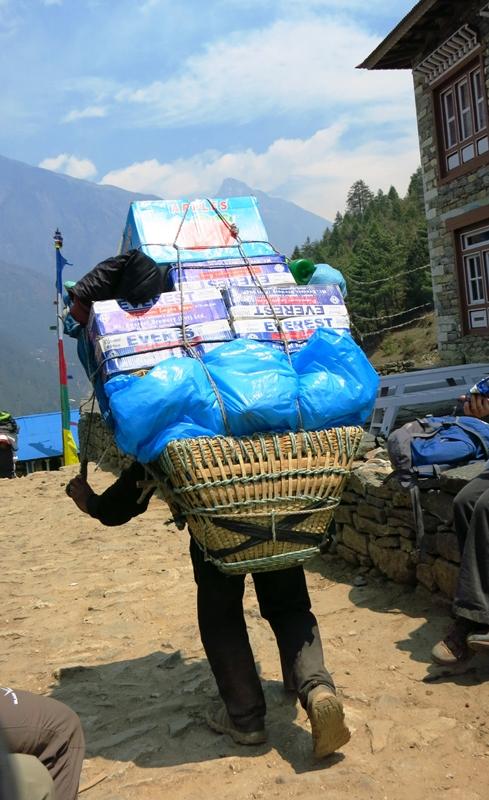 Sherpa trägt Verpflegung