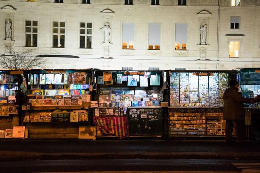 Paris bei Nacht Zeitungskiosk Presse