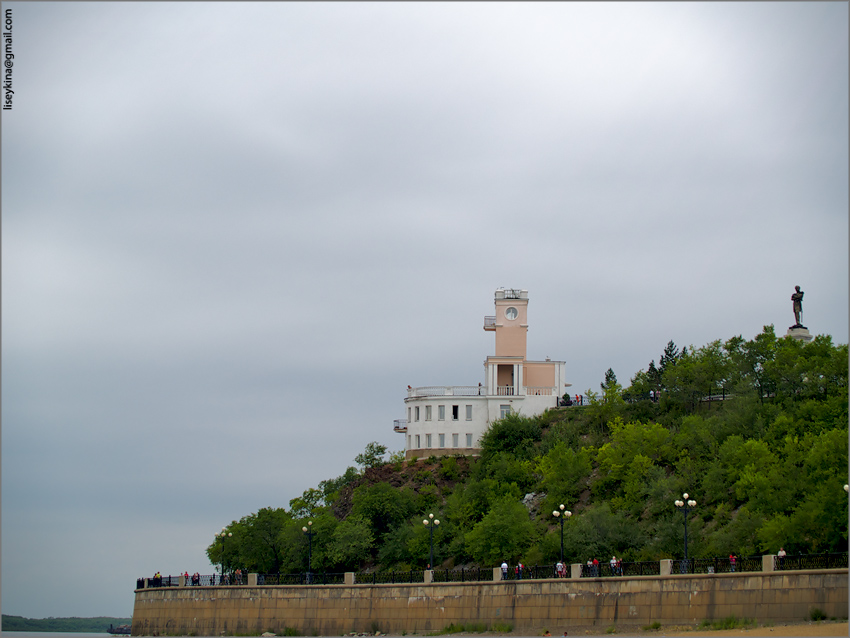 The cliff and the monument to Muravyov-Amursky