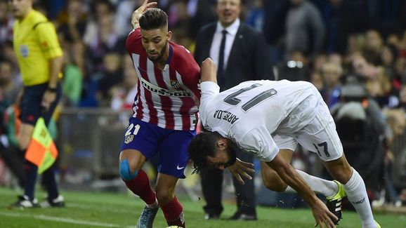 Atletico Madrid's Belgian midfielder Yannick Ferreira Carrasco (L) vies with Real Madrid's defender Alvaro Arbeloa during the Spanish league football match Club Atletico de Madrid vs Real Madrid CF at the Vicente Calderon stadium in Madrid on October 4, 2015.   AFP PHOTO/ PIERRE-PHILIPPE MARCOU        (Photo credit should read PIERRE-PHILIPPE MARCOU/AFP/Getty Images)