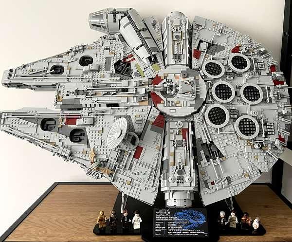 Halcon Milenario de LEGO Terminado y expuesto