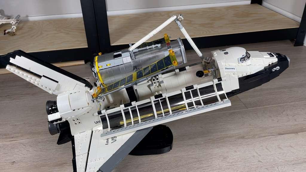 El transbordador espacial Discovery de LEGO y el telescopio Hubble de LEGO también
