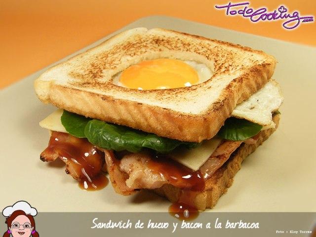 Sandwich con huevo, bacon y salsa barbacoa