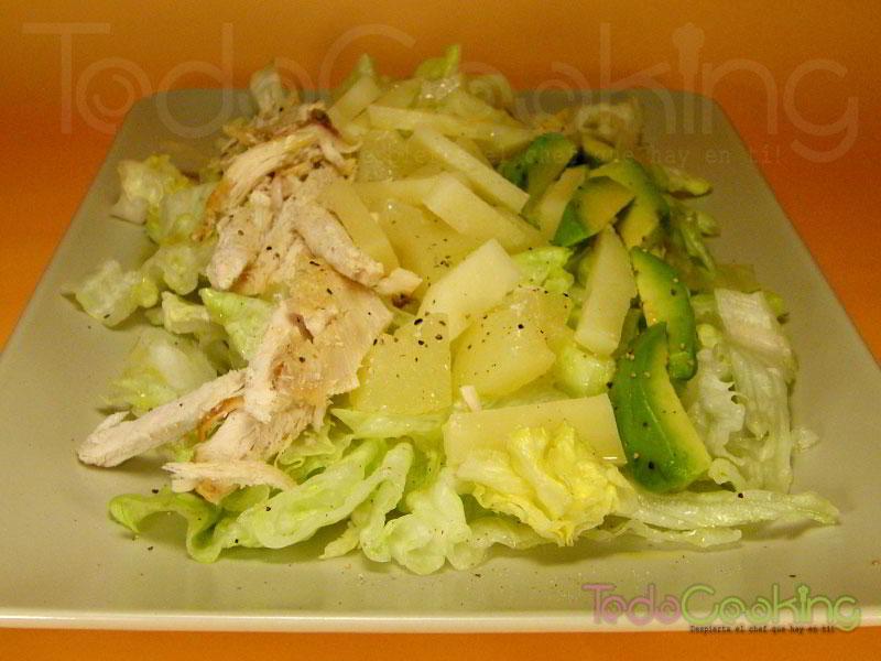 ensalada de pollo asado con peras y aguacate