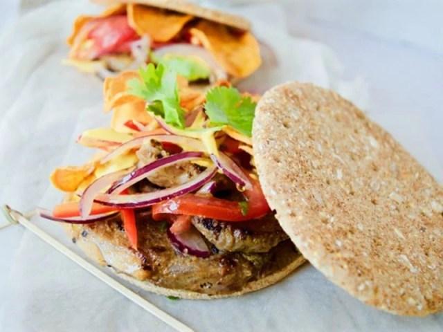 ##Sánguche-de-chicharrón-con-salsa-criolla sándwiches y bocadillos