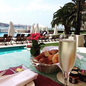 ホテルチュラーン・パレス・ケンピンスキー・イスタンブールのラウンジでスパークリングワインと絶景