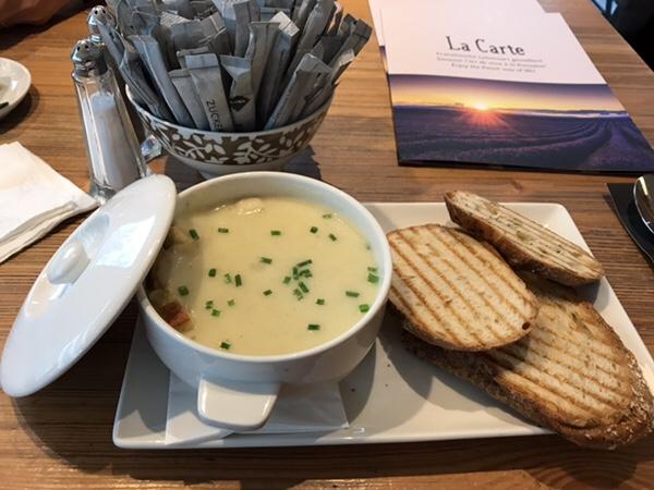 フランクフルトのお薦めカフェフランス風カフェLes Deux Messieursの美味しいジャガイモスープ