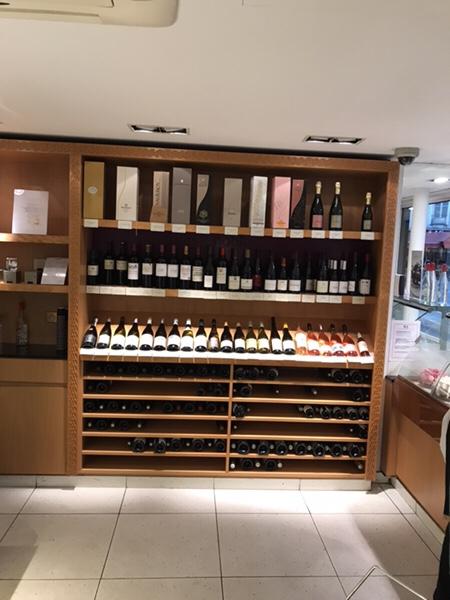 Lenotreパリ、バスティーユ広場すぐの老舗パティスリー店内ディスプレイ、ワインにシャンパン!