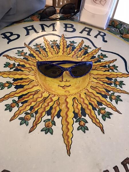 Bam Bar taorminaテーブルの太陽の絵にサングラス