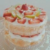 Naked Layer Cake mit weißer Schokolade und Erdbeeren