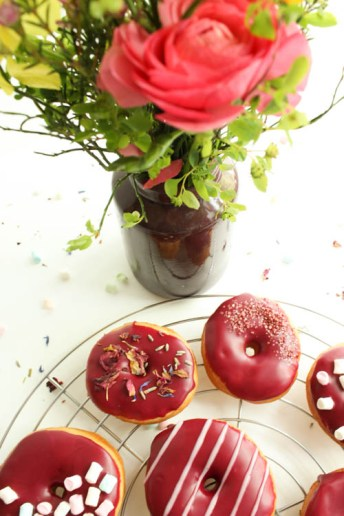 Donuts mit rotem Zuckerguss