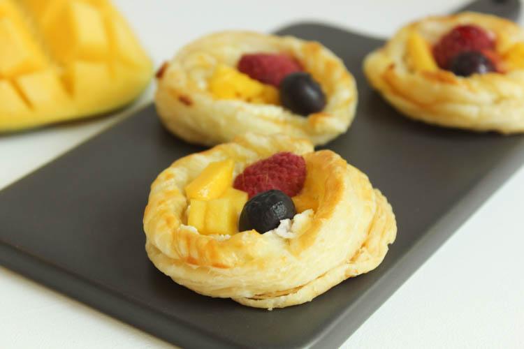Kleine Blätterteigtörtchen mit Frischkäse und Früchten