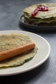 Finnischer Spinateierkuchen mit Würstchen und Ketchup