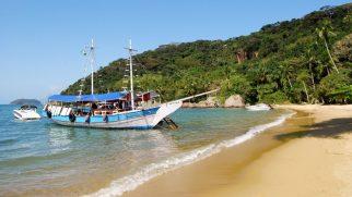 Segelboot vor Strand Lopes Mendes Insel Ilha Grande Brasilien