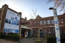 Royal-Delft-Factory-Museum-Entrance-Delft-800x534