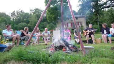 6998-muzikaal amusement bij het kampvuur op le Peyral