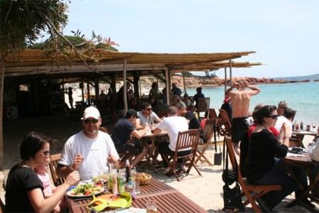 i-pini-de-strandtent-mensen-eten
