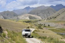 De Verdwaalde Jongens is een uniek reisconcept waarbij een groep avonturiers op een (geheime) road trip in de meest bijzondere auto's door top 10 onbekendste land verkennen