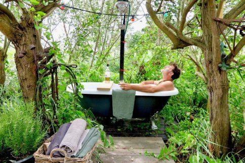 In de wilde tuin van de Dankbaarhedi in bad