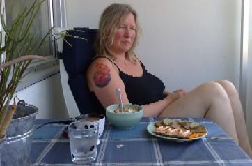 Anna vid frukostbordet