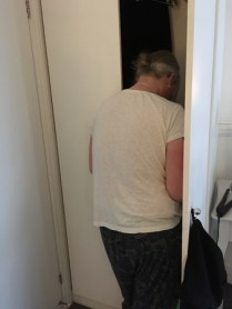 Anna gick in i garderoben.