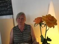 Min älskling och två rosor vid middagsbordet.